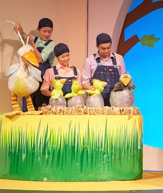 We review The Ugly Duckling in Mandarin