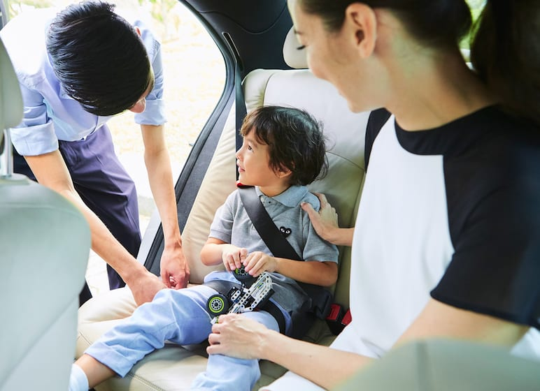 How to travel safely in taxis with kids in Singapore: Safety rules, best booster seats and ride safer vests