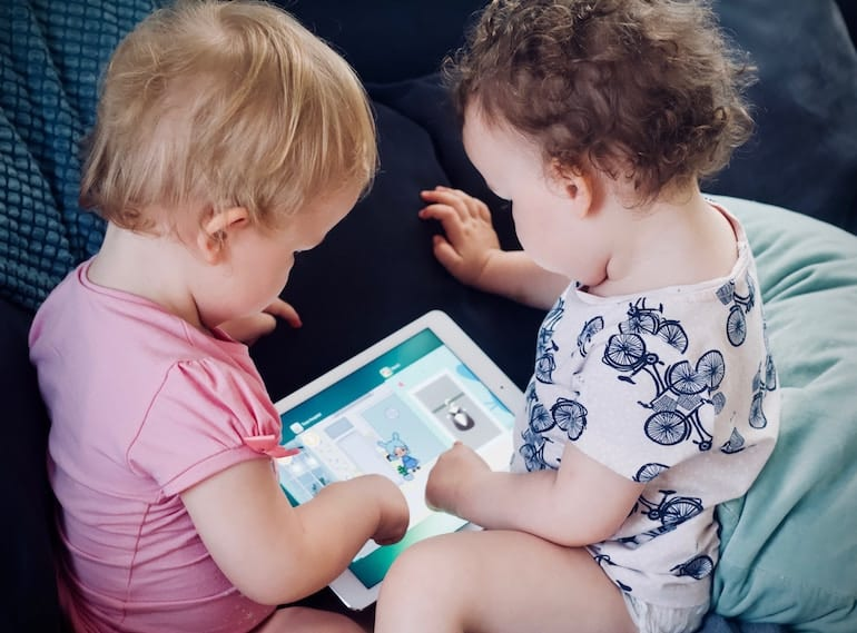 flying-solo-with-kids-ipads
